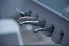 Różnorodny stomatologiczny musztruje wewnątrz stomatologiczną klinikę obraz royalty free