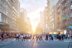 Różnorodny tłum ludzie chodzi przez ruchliwą ulicę w Manhattan Miasto Nowy Jork obrazy stock