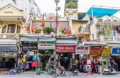 Różnorodny typ historyczny detalicznych sklepów budynek w Hanoi, Wietnam Ludzie konserwują widzią mieć ich jedzenie obok ulicy Obraz Stock