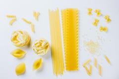 Różnorodny uncooked makaron na białym tle zdjęcia stock