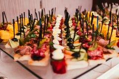 Różny canape z mięsem, serem i zalewami na bufeta gościu restauracji, Zdjęcie Stock