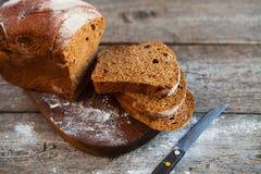 Różny chleb i chlebów plasterki Karmowy drewniany i tło Zdjęcia Royalty Free