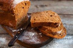 Różny chleb i chlebów plasterki Karmowy drewniany i tło Fotografia Stock