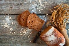 Różny chleb i chlebów plasterki Karmowy tło i drewniany Rus Zdjęcie Stock