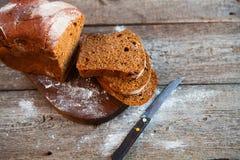 Różny chleb i chlebów plasterki Karmowy tło i drewniany Rus Obrazy Stock