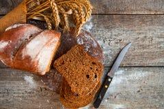 Różny chleb i chlebów plasterki Karmowy tło i drewniany Rus Zdjęcia Royalty Free