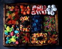 Różny cukierek - żaby, niedźwiedzie, dżdżownicy, banie, one przyglądają się, ziarna w glazerunku, szczęki, banie dla Halloween Obrazy Royalty Free