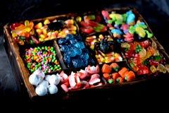Różny cukierek - żaby, niedźwiedzie, dżdżownicy, banie, one przyglądają się, ziarna w glazerunku, szczęki, banie dla Halloween Zdjęcie Stock