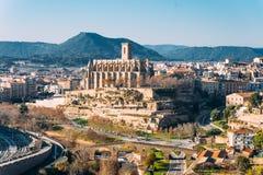 Różny i oryginalny widok Uczelniana bazylika Santa Maria Seu w Manresa mieście w catalunya regionie w Hiszpania, z krajobrazem zdjęcia royalty free