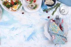 Różny jedzenie i szkło wino na białym stole Zdjęcie Royalty Free
