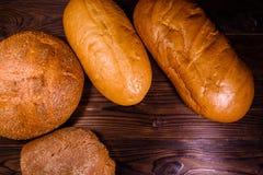 Różny próżnuje chleb na drewnianym stole Odgórny widok Zdjęcie Stock