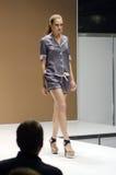 Różny przedstawienie Lingrie expo moscow Młoda kobieta w czarnej nocy sukni Seksownej Obraz Royalty Free