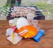 Różny rozporządzalny cutlery na drewnianych deskach przeciw piec na grillu st zdjęcia stock