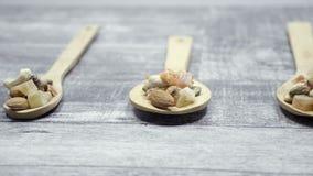 Różny typ dokrętki i cukierki w drewnianej łyżce zdjęcie wideo