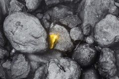 Różny złoty kamień zakłada wokoło brudnego rockowego biznesowego pracownika występu znakomitego fotografia stock