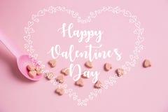 Różowa łyżka z różowym kierowym cukierkiem Obraz Stock