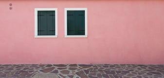 Różowa ściana i dwa okno fotografia royalty free