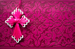 Różowa biblia z handmade menchiami krzyżuje na nim Fotografia Stock
