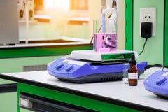 Różowa chemiczna substancja w zlewce umieszczającej na magnesowej kociubie Obraz Stock
