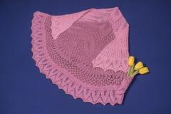 Różowa chusta dekorował z bukietem żółci tulipany na błękitnym tle Obrazy Stock