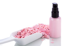 Różowa ciało płukanka w aptekarce i aromat soli odizolowywających Fotografia Stock