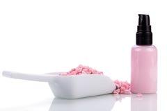 Różowa ciało płukanka w aptekarce i aromat soli odizolowywających Obrazy Royalty Free