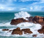 Różowa granitu wybrzeża fala Brittany, Francja Zdjęcia Stock