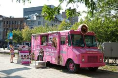 Różowa jedzenie ciężarówka fotografia royalty free