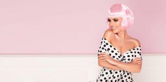 Różowa koczka skrótu fryzury kobieta zdjęcie stock