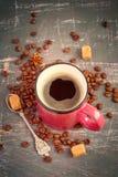 Różowa kubek kawa espresso i kawowe fasole na rocznika tle odcień Fotografia Stock