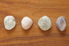 Różowa kwarc, ametyst, rockowy kryształ, dymiąca kwarc Kolekcja naturalni kamienie kopaliny na tle naturalny drewno obrazy royalty free