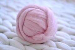 Różowa piłka merynosowa wełna Fotografia Stock
