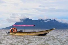 Różowa podsufitowa łódź w nawadnia Borneo Fotografia Royalty Free
