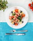 Różowa tuńczyk sałatka z przepiórek jajkami, oliwką i arugula, Zdjęcie Royalty Free