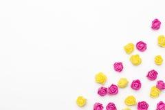 Różowe i żółte róże na białym tle Obrazy Stock