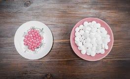 Różowe i białe pastylki na spodeczku Obraz Stock