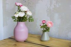 Różowe i białe peonie w wazie na drewnianym stole Fotografia Royalty Free