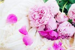Różowe peonie i biała ślubna suknia Zdjęcie Royalty Free