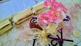 Różowe róże i złociści Bożenarodzeniowi krakers boże narodzenia zgłaszają położenie Zdjęcia Stock