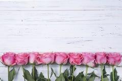 Różowe róże na białym drewnianym tle z kopii przestrzenią Odgórny widok Zdjęcia Royalty Free