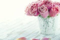 Różowe róże w białej koronkowej wazie obraz stock