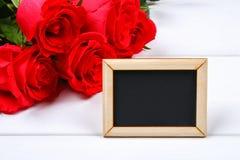 Różowe róże z pustym chalkboard dla teksta Odbitkowa przestrzeń dla teksta Szablon dla Marzec 8, matka dzień, walentynka dzień fotografia royalty free