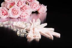 Różowe rocznik dam rękawiczki i perły Fotografia Royalty Free
