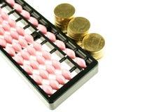 Różowego abakusa Japan retro kalkulator i złociste monety odizolowywający Zdjęcie Stock
