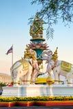 Różowego słonia statua lokalizuje blisko Uroczystego pałac Phra Kaew lub Wata w Bangkok, Thaiand obraz royalty free