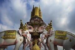 Różowego słonia statua obok Uroczystego pałac w Bangkok Tajlandia jako religii kultury Azja buddyjski symbol Obrazy Stock