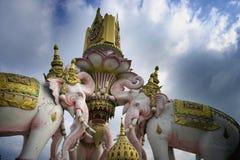 Różowego słonia statua obok Uroczystego pałac w Bangkok Tajlandia jako religii kultury Azja buddyjski symbol Zdjęcie Royalty Free
