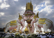 Różowego słonia statua obok Uroczystego pałac w Bangkok Tajlandia jako religii kultury Azja buddyjski symbol Obrazy Royalty Free