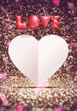 Różowej 3d miłości i białego papieru kierowy kształt unosi się wokoło confetti ilustracja wektor