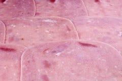 Różowi świniowatego mięsa baleronu plasterki Mięso przetwarzający mięso różowi mięśni bekonowi baleronów plasterki w górę biel tł Obraz Stock